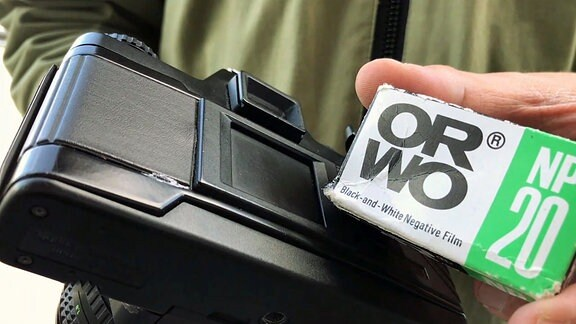ORWO-Film NP20 vor einer Praktika-Kamera