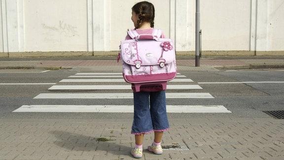 Grundschülerin wartet 2007 an einem Zebrastreifen