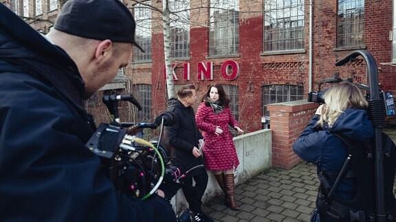 Vor dem Leipziger Luru-Kino erzählt Annegret Richter über die Welt der AnimaDoks.