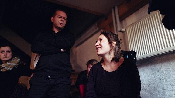 Moderator Markus Kavka und unicato-Autorin Rosa Hopp sprechen über die nächste Einstellung.