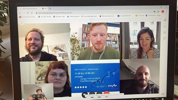 Mehrere Teilnehmer via Webcam auf Laptopbildschirm .