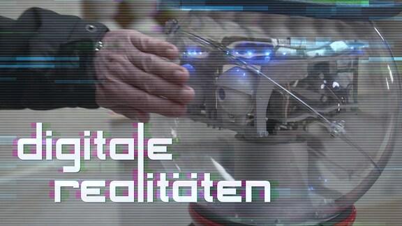 Eine Hand verdeckt die Augen eines Roboters.