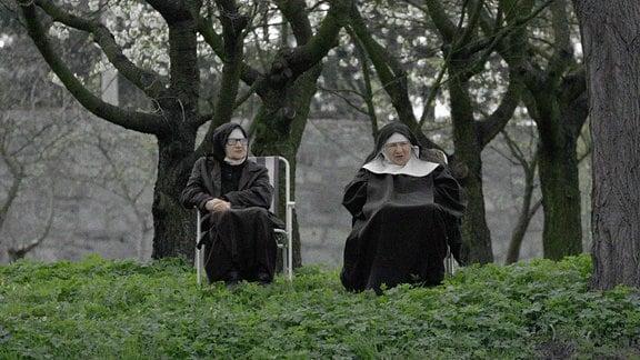 SIOSTRY von Michał Hytroś (Dokfilm, PL 2018, 20 min) Hinter den Mauern des ältesten Klosters Polens leben zwölf Benediktiner-Schwestern, fast alle jenseits der 70. Unaufgeregt und humorvoll zeigt der Film ihren Alltag.