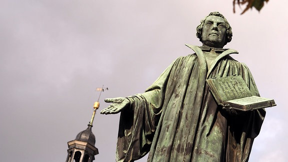 … und das Lutherdenkmal. Der Reformator in Bronze gegossen. Im Sommer 1861 wurde das Denkmal nach 15 Jahren Planung eingeweiht