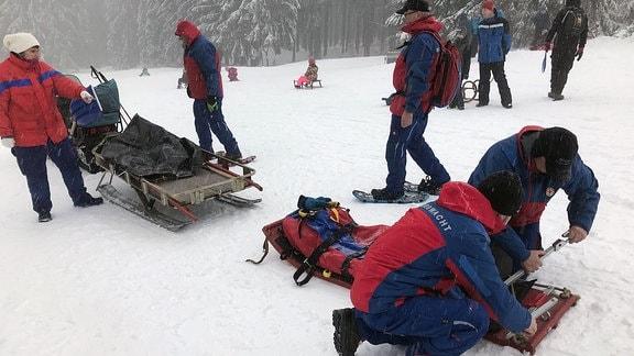 Männer der Bergwacht bereiten einen Rettungsschlitten vor.