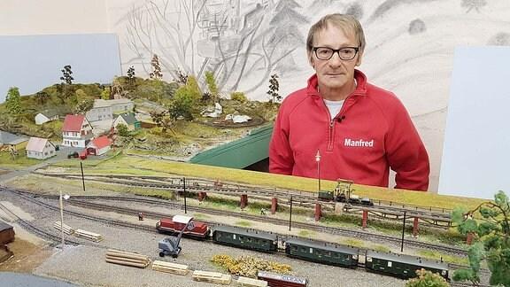 Manfred Zimmermann neben seiner Modelleisenbahn.