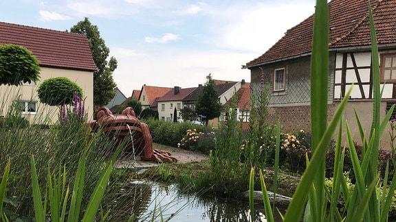 Teich mit Froschskulptur in Niederdorla