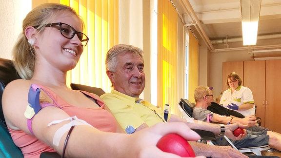 Eine junge Frau spendet Blut