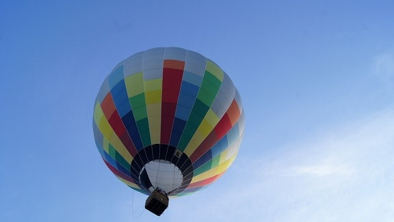 Ein bunter Heißluftballon am blauen Himmel