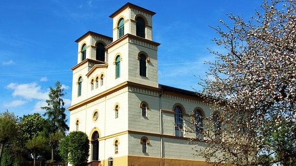 Eine Kirche mit zwei Türmen