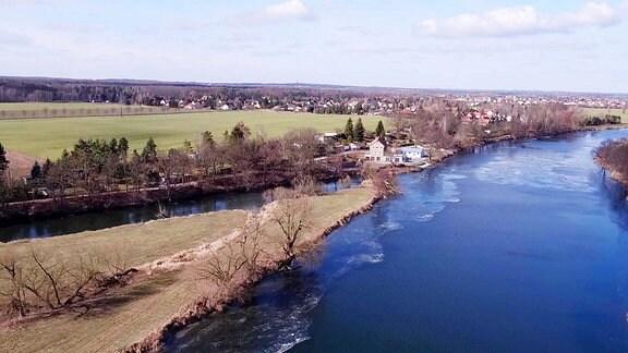 Luftaufname von Schmölen, Ortsteil der Gemeinde Bennewitz, am Ufer der Mulde.