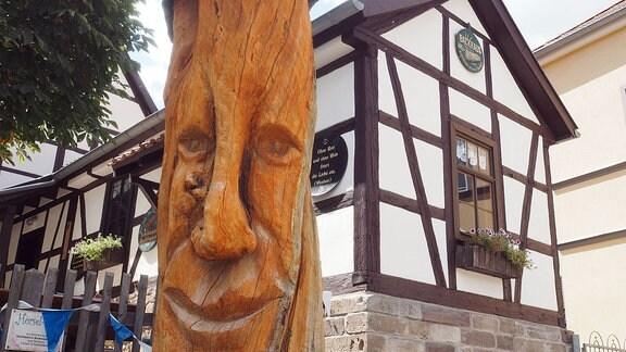 Ein Baumstammgesicht.