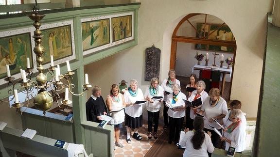 Der Schönauer Kirchenchor singt in der Kirche.