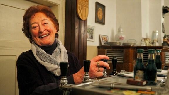 """Renate Weise ist die Wirtin im """"Haselbacher"""", dem Schachlokal. Sie ist auch schon 75 und hat noch keine richtige Lust, sich zur Ruhe zu setzen."""
