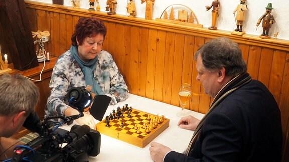 Angelika Weigel ist die Bürgermeisterin vom Ort und kann auch Schachspielen. Manchmal sitzt sie beim Punktspiel in der Kreisliga am Brett.