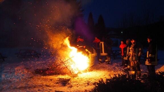 Weihnachtsbaumfeuer auf dem Dorfplatz in Piesau