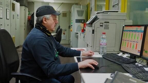 """Jürgen Kühnert ist der Produktionsleiter in der Glashütte und kennt sich aus wie kein Zweiter: Seit 44 Jahren schon ist er """"im Glas"""" beschäftigt."""