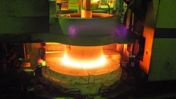 Im Heißende der Glashütte schmelzen die Rohstoffe bei Temperaturen bis zu 1500 Grad. Dann wird das flüssige Glas zu Parfümflakons gegossen.