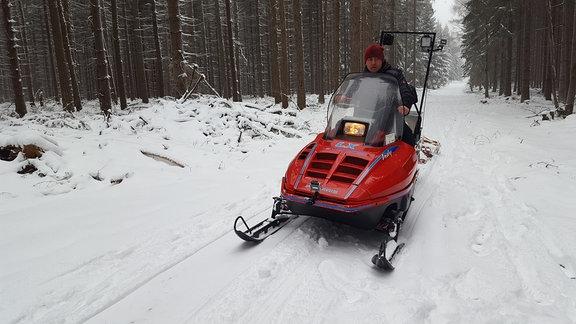 Sobald ein paar Zentimeter Schnee gefallen sind, wird eine Loipe gezogen. Diesmal hat Florian Müller von der DRK-Bergwacht Dienst.