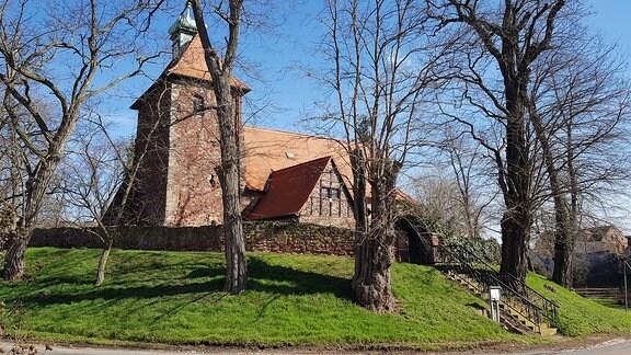 Das Kirchenensemble von Zickeritz. Ein Bau aus dem 15. Jahrhundert aus rotem Sandstein.