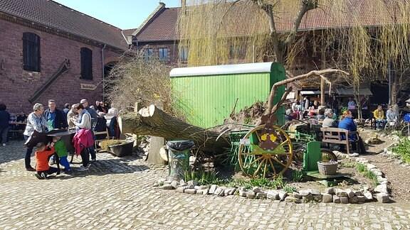 Osterfest in einem Hof eines Dreiseithofes.