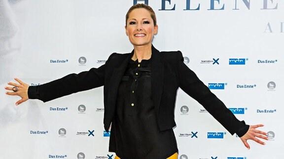 Helene Fischer in orangefarbener Hose und schwarzem T-Shirt