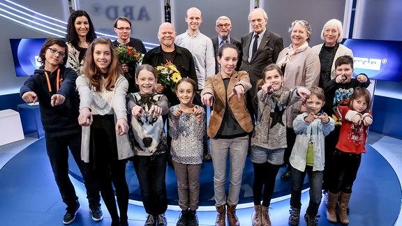vordere Reihe: Mitglieder der Kinderjury, hintere Reihe v. l. n. r.: Anna Böhm (Preisträgerin Platz 3), Robert Schoen (Preisträger Platz 1), Bernd Gieseking (Preisträger Platz 2), Nico Eppert (Expertenjury), Peter Heinzel, Dr. Gerhart Pasch, Prof. Dr. Gabriele Schade (Jurymitglieder seitens des Rundfunkrates), Dr. Christina Seidel