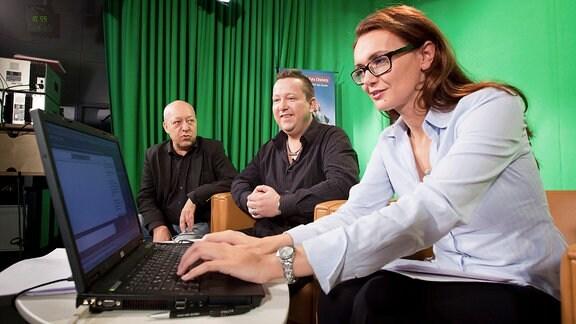 Redakteur Joachim Horn, Zeitzeuge Sebastian Krumbiegel und Moderatorin Annett Glatz beim Chat mit Schülern am 9. November 2010.