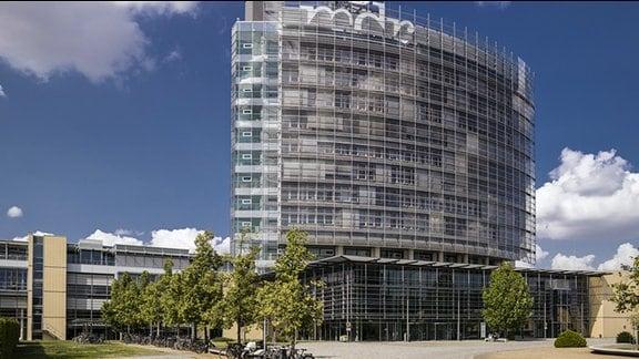 Blick auf das Hochhaus der MDR-Zentrale