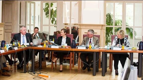 Sitzung des MDR-Rundfunkrates am 12. Mai 2014 in Leipzig. Vorne, v.l.: Mit Peter Limbourg (Intendant Deutsche Welle), Astrid Göbel (MDR-Verwaltungsdirektorin), Prof. Dr. Jens-Ole Schröder (Juristischer Direktor des MDR) und MDR-Intendantin Prof. Dr. Karola Wille