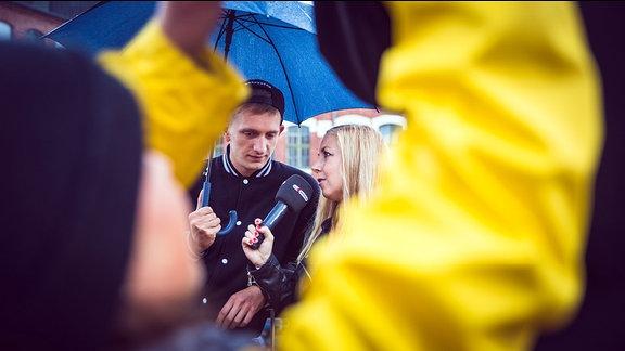 Sissy Metzschke mit Felix Brummer von der Band Kraftklub während eines SPUTNIK Radiokonzerts.