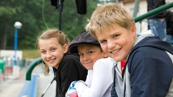 Die Leipziger Kinder Amelie Nonnenmacher, Mamaar Abbou und Konstantin Brackelmann spielen in einer neuen MDR-Serie für den KiKA die fußballbegeisterten Freunde Iva, Flummi und Torben.
