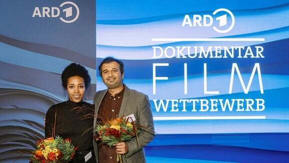 """Die Gewinner des ARD Dokumentarfilm Wettbewerb 2021: das Projekt """"Reporter/Refugee"""" von Tondowski Films. Im Bild Junior-Producerin Sara Woldeslassie und Regisseur Adithya Sambamurthy von Tondowski Films. Der Preis wurde am 27. Oktober 2021 in Leipzig vergeben."""