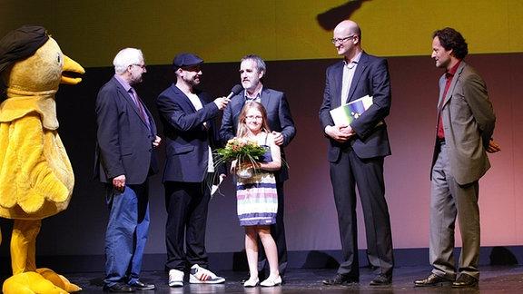 Preisverleihung Goldener Spatz am 11. Mai 2012 in Erfurt, v.l.n.r.: Dr. Jürgen Weißbach, Moderator Bürger Lars Dietrich, Preisträger Rudolf Herfurtner, Darstellerin Julia Forstner, Falk Neubert, Torsten Cott