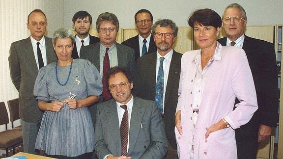 v.l. MDR Intendant Dr. Udo Reiter (sitzend) mit den gewählten Direktoren. Rolf Markner, Karola Sommerey, Peter Kocks, Henning Röhl, Thomas R. Nissen, Dr. Ralf Reck, Ulrike Wolf, Kurt Morneweg