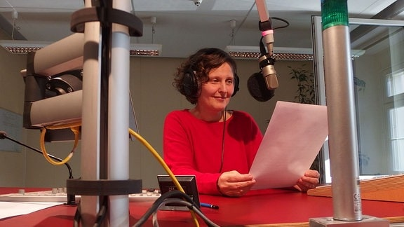 MDR-Reporterin Jacqueline Hene im Radiostudio
