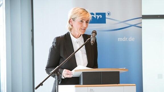 Prof. Dr. Karola Wille steht an einem Rednerpult