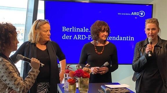 Gesprächsrunde beim Berlinale.Brunch 2020:  v.l. MDR-Unternehmenssprecherin Julia Krittian mit den Produzentinnen Gabriele Walther, Grit Wißkirchen, Meike Kordes
