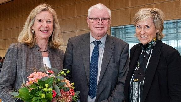 Im Bild (v.l.) Dr. Katja Wildermuth, Rundfunkratsvorsitzender Horst Saage und Intendantin Prof. Dr. Karola Wille