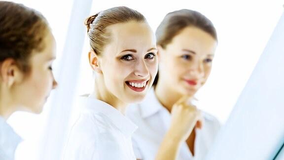 Geschäftsfrauen bei Treffen