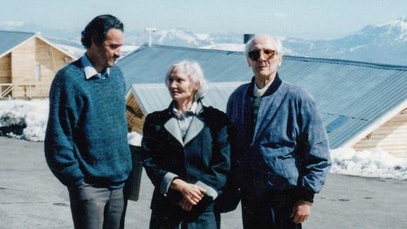 Margot und Erich Honecker und Juan Carlos (li.), einer der engsten Freunde der Honeckers und Leiter des Honecker Solidaritätskomitees, Los Andes,  1993, September in den Anden