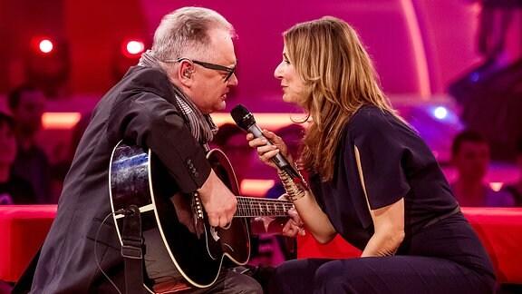 """Die Moderatorin Kim Fisher mit dem Musiker Heinz Rudolf Kunze während der Aufzeichnung Fernsehshow """"Kulthits - präsentiert von Kim Fisher""""."""