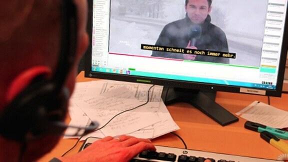 Ein junger Mann bei der Online-Untertiteleingabe.