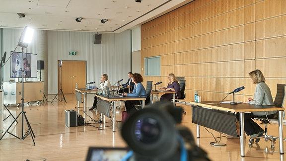 Blick auf das Podium der MDR-Jahrespressekonferenz 2021: v.l.