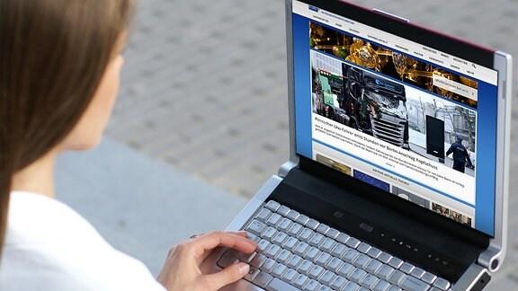 Eine junge Frau schaut auf ihrem Laptop das Online-Angebot des MDR an.