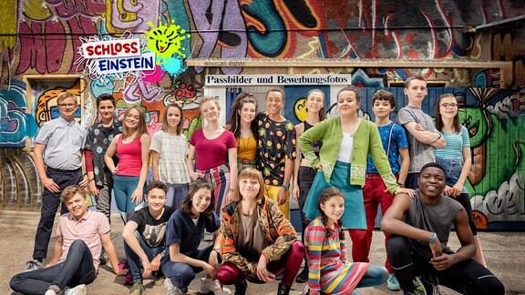 """Gruppenfoto mit aktuellem Cast der 23. Staffel """"Schloss Einstein"""""""