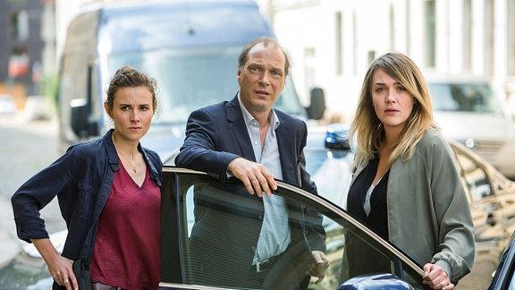 Karin Gorniak (Karin Hanczewski), Peter Michael Schnabel (Martin Brambach) und Henni Sieland (Alwara Höfels) sind auf dem Weg zum Tatverdächtigen.