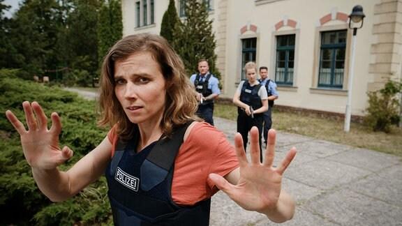 Karin Gorniak (Karin Hanczewski) und Leonie Winkler (Cornelia Gröschel) treten langsam den Rückzug an, nachdem die Geiselnehmer ihre Absichten noch einmal deutlich machen.