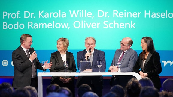 """""""Miteinander reden"""" hieß das Motto der lockeren Talkrunde mit:  (v.l.) dem Thüringer Ministerpräsidenten Bodo Ramelow, MDR-Intendantin Karola Wille,  dem Ministerpräsidenten Sachsen-Anhalts, Reiner Haseloff, sowie dem Sächsischen Staatsminister und Chef der Staatskanzlei, Oliver Schenk - moderiert von Ellen Schweda."""