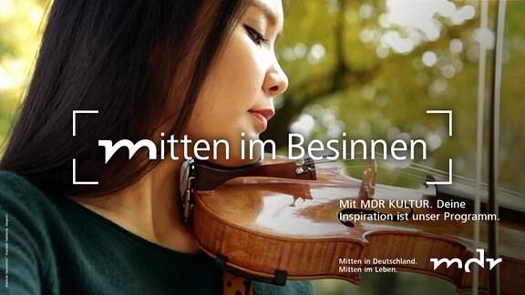 eine junge Frau hält eine Geige und einen Geigenbogen in der Hand.